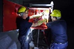 operai mentre finiscono di installare un quadro elettrico