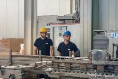 operai nell'impianto di raffinazione e impacchettamento